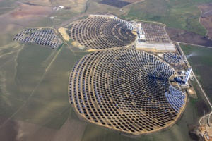 World's largest solar tower outside of Sevilla, Spain. (Image courtesy of Abengoa Solar, which I then borrowed from the TreeHugger website.)